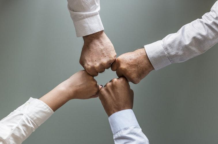 Meningkatkan solidaritas tim di perusahaan melalui training motivasi